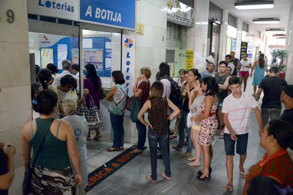 Nas casas lotéricas, que estão lotadas, clientes reclamam dos limites para pagamento de duplicatas