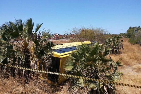 Veículo fazia percurso Fortaleza/Mossoró e tombou após discussão entre um passageiro e o motorista