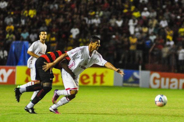 Apesar de ter montado um ataque com jogadores velozes, Pintado não conseguiu surpreender o Sport. Pardal foi parado pela zaga
