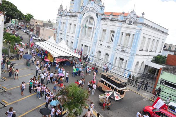 Servidores municipais da Saúde começaram a paralisação ontem e fizeram protestos em frente ao Palácio Felipe Camarão, sede da Prefeitura do Natal
