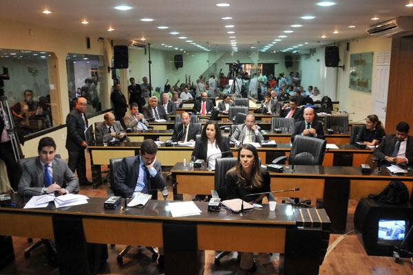 Em meio a ânimos acirrados, o placar de 9 votos favoráveis e 10 contrários garantiu o veto ao PL