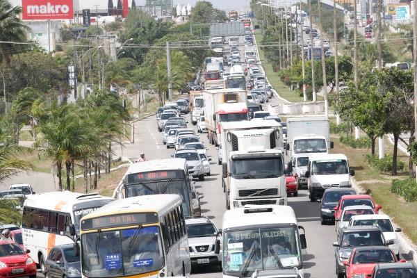 Emgavetamento com 4 carros na br 101,em Neopolis Proximo o posto de Conbustivel Novo Horizonte.