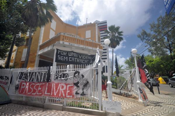 Grupo promoveu pichação na Câmara Municipal durante apreciação de veto ao Passe Livre
