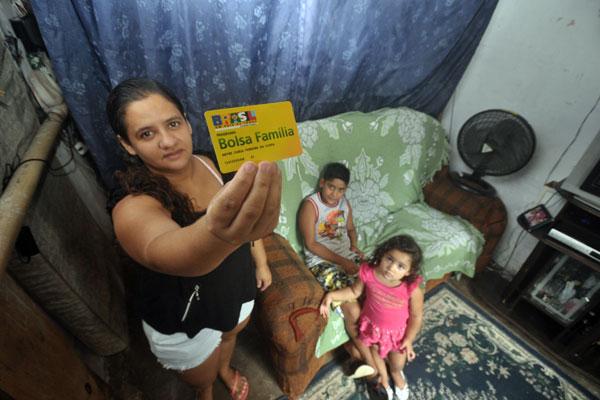 A dona de casa Meyre Carla Ferreira da Costa está escrita há três anos no Bolsa Família