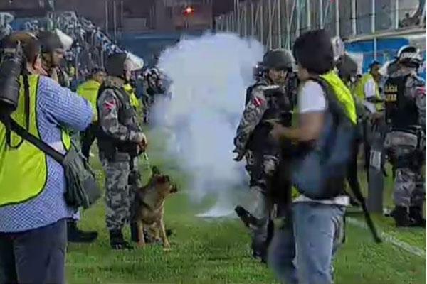 Segundo relato do árbitro, bombas, spray de pimenta, quebra-quebra, detensões e muito corre-corre aconteceram no estádio