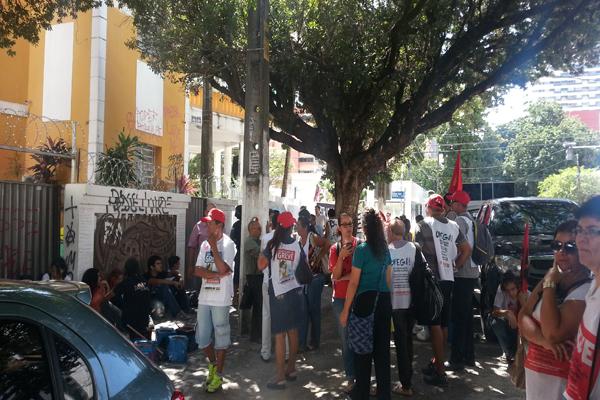 Após caminhada pela avenida Rio Branco, em Natal, servidores da saúde se concentraram na Câmara dos Vereadores
