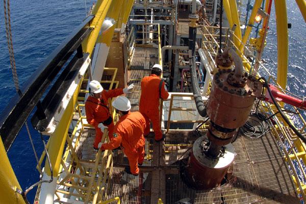Os petroleiros haviam decretado greve em busca de melhorias salariais e da suspensão do leilão do Campo de Libra, realizado na segunda