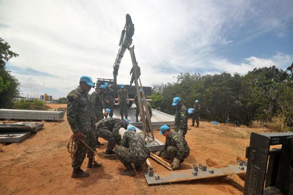Além de situações fictícias, ações concretas são realizadas durante o treinamento. Ontem, uma ponte foi concluída na base militar
