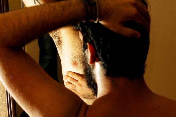 O exame físico, a apalpação, é o método mais indicado para perceber qualquer alteração na mama. Já o tratamento para o câncer de mama masculino é igual ao feminino