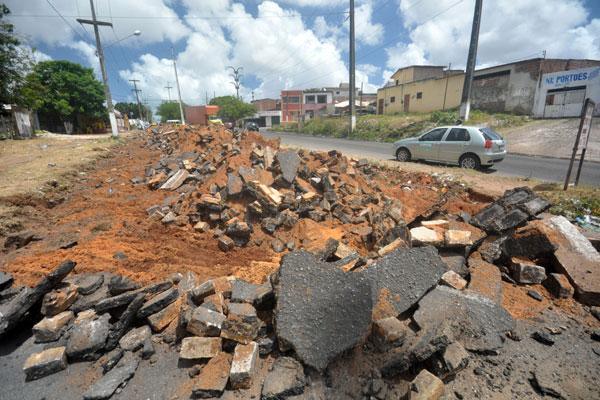 Parte do asfalto na Mor Gouveia, altura do Km-6, já está rasgado