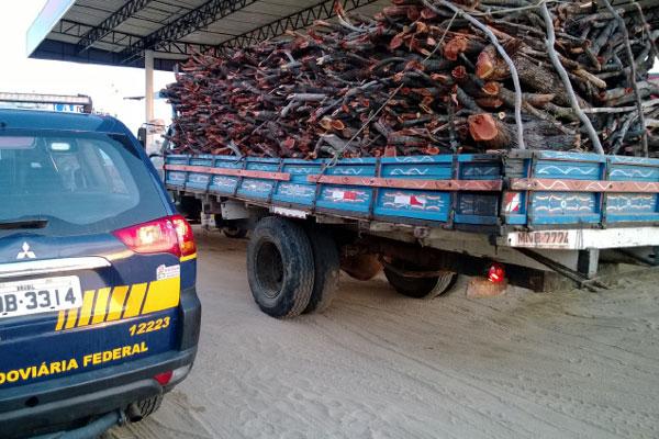 Madeira ilegal transportada em caminhão foi apreendida pela PRF