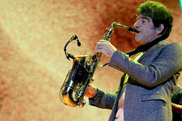 George Israel: carreira solo desde 2007, o músico se apresenta ao lado da Banda Blue Mountain