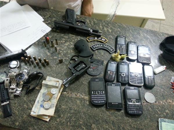 Entre o material apreendido estão celulares, armas, munições, relógios e dinheiro fracionado