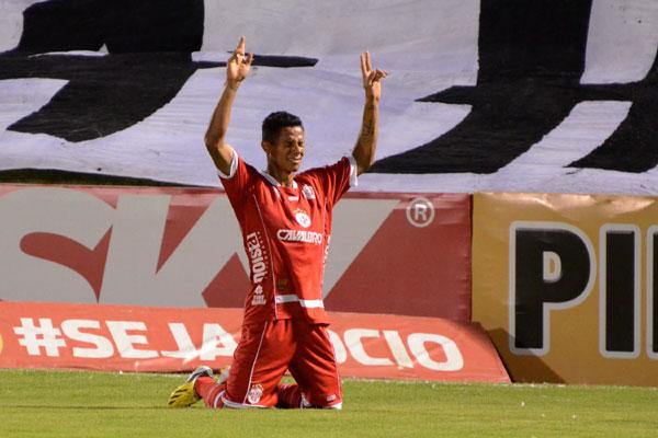 Adriano Pardal recebeu o cartão vermelho contra a Chapecoense e está fora da partida com o América-MG