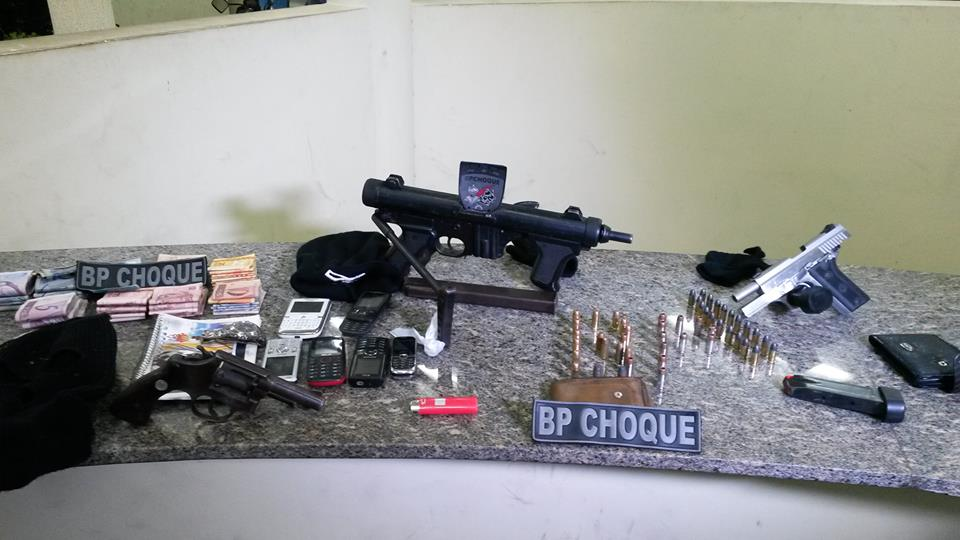 Entre o material apreendido estão armas de uso exclusivo das Forças Armadas, R$ 7 mil, munições, revólver e celulares