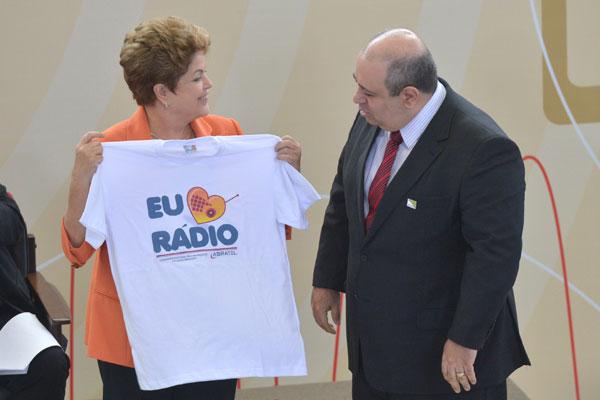 Dilma recebe camiseta presenteada por dirigentes da Abratel e diz nas redes sociais que cresceu ouvindo novelas no rádio