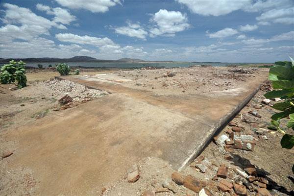 Às margens da barragem, restam os alicerces  da Estação de Trem que trafegava entre Assu, Mossoró e cidades vizinhas