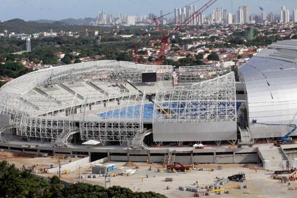 Estrutura metálica da cobertura da Arena das Dunas está instalada, faltando ainda a implantação das telhas metálicas. Os dois telões já estão montados e no local