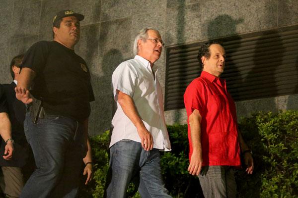 Depois de redigir carta aberta ao povo brasileiro, José Dirceu chega à sede da Polícia Federal, em São Paulo, para cumprir pena