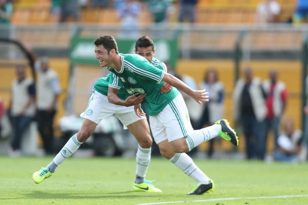 Felipe Menezes e Alan Kardece comemoram gol que abriu o caminho para o título do Palmeiras