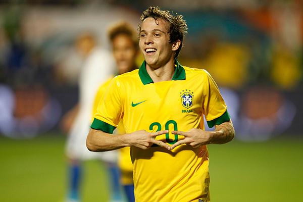 Bernard comemora gol no jogo contra a seleção de Honduras