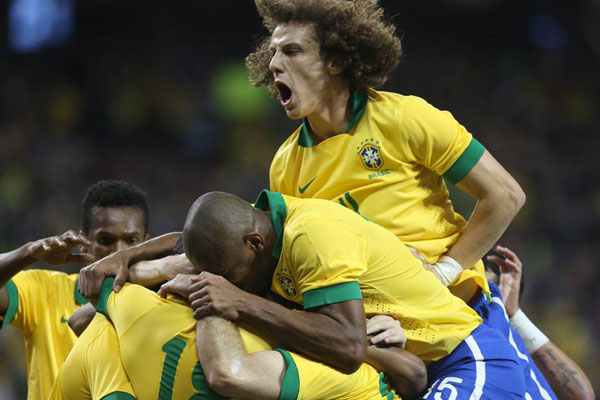 Jogadores demonstraram união e comemoraram bastante o gol marcado pelo atacante Robinho