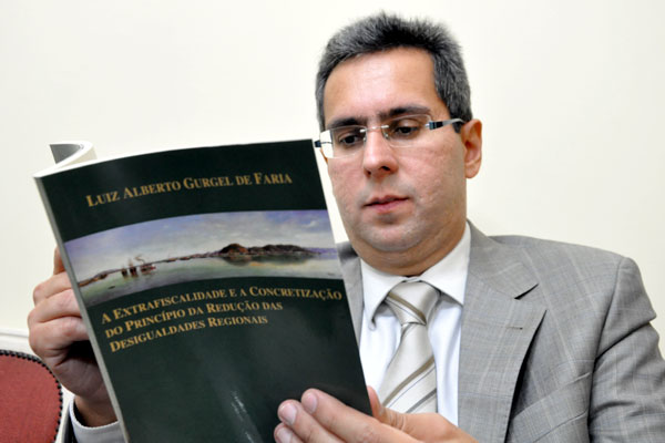 Em 2011, Luiz Alberto Gurgel de Faria lançou livro sobre instrumentos tributários