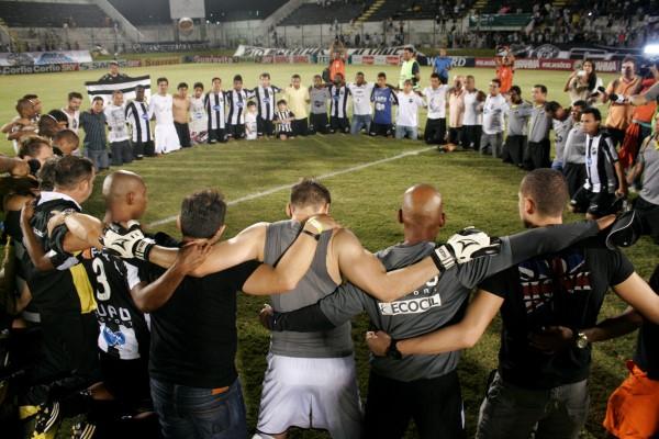 Após o término da partida, os jogadores e equipe técnica do ABC rezaram no gramado do Frasqueirão
