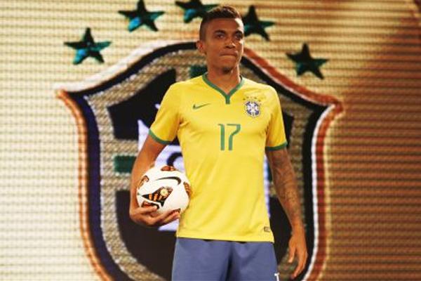 Luiz Gustavo durante apresentação do novo uniforme, neste domingo (24)