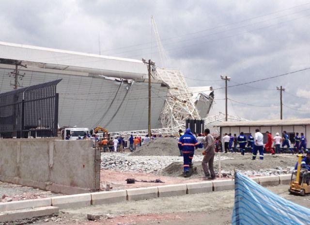 Guindaste caiu sobre painel de led da Arena Corinthians e deixou pelo menos duas pessoas gravemente feridas