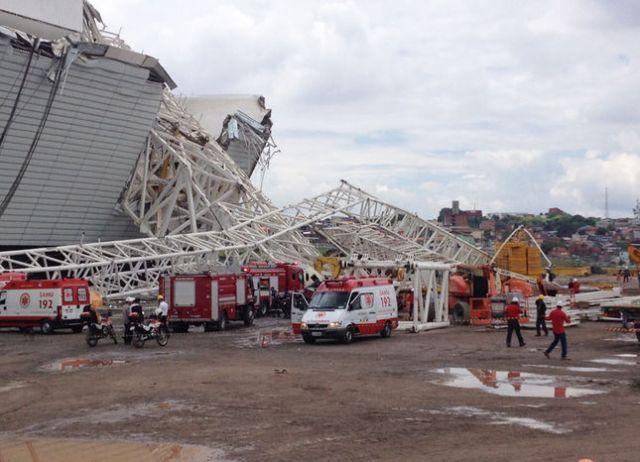 Ambulâncias e carros do Corpo de Bombeiros na obra da Arena Corinthians. Acidente teve pelo menos duas vítimas fatais