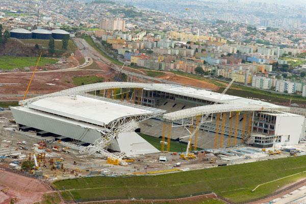 Guindaste atingiu operários da obra do Itaquerão e destruiu parte da arquibancada do estádio que receberá a abertura do Mundial