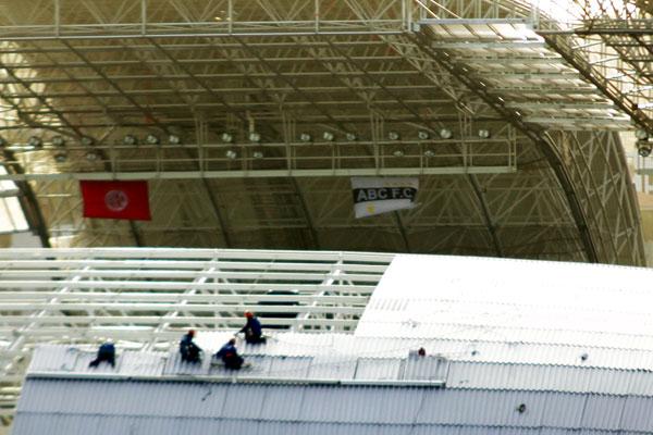 Bandeiras de América e ABC tremulam sob a cobertura da Arena