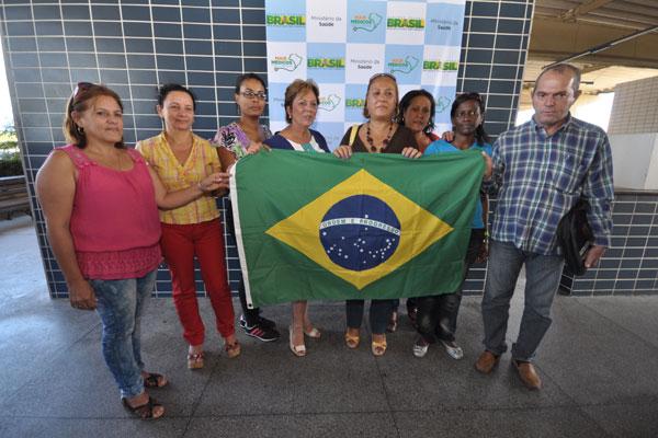Profissionais que chegaram de Brasília pela manhã foram recepcionados pela governadora