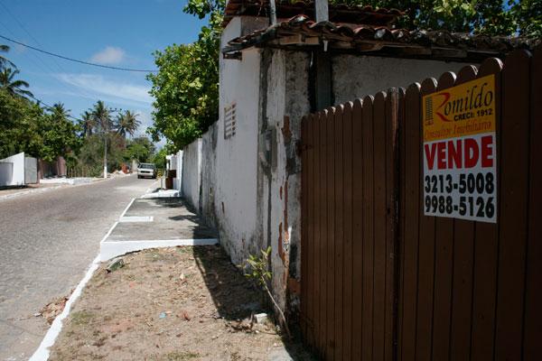 Rua que concentra veransitas em Muriú tem casas à venda