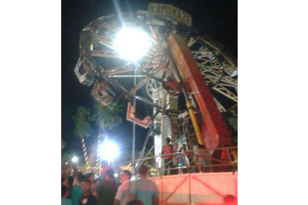 O brinquedo parou enquanto rodava, mantendo 14 pessoas presas no alto