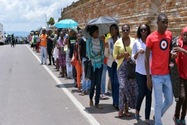 Sul-africanos e pessoas de diversas partes do mundo participam da despedida no Union Buildings, o Palácio do Governo da África do Sul