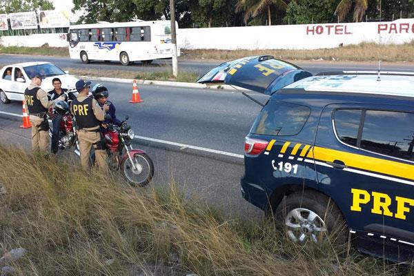 Policiais rodoviários federais aplicam teste do bafômetro em motoristas durante fim de semana