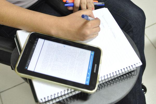 Tablets já dividem espaço com caderno e lápis em sala de aula