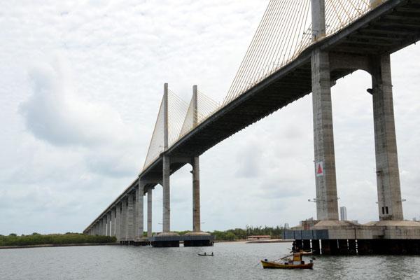 O navio que transportará os torcedores do México tem 66,8 metros de altura, quase 12 a mais que o vão da Ponte Newton Navarro