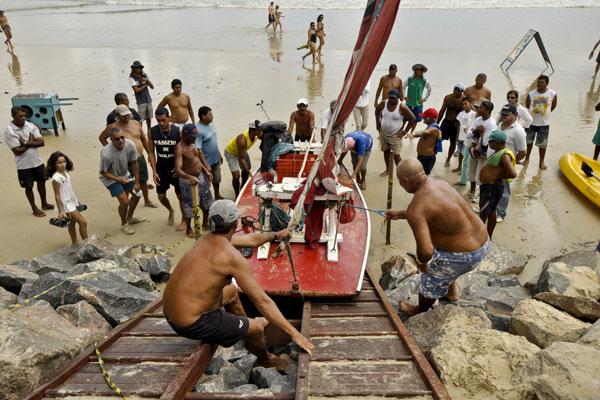 Em teste, embarcação rachou antes de subir toda a rampa