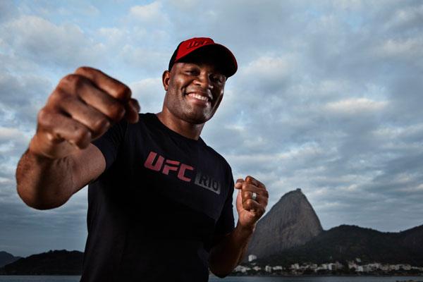 O brasileiro Anderson Silva, que teve desgaste na imagem após derrota, tenta voltar a vencer
