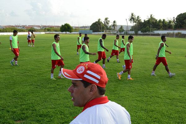 Em fase inicial de trabalhos, o técnico Leandro Sena observa a questão física dos atletas que voltam após o período de férias