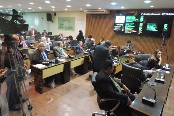 Debates entre os parlamentares foram acirrados durante a votação e gerou protestos de alguns