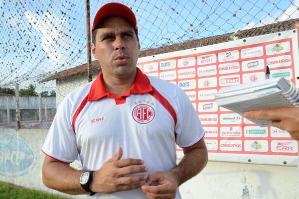 Leandro Sena prepara treinos que mesclam o trabalho físico com o tático para ganhar tempo