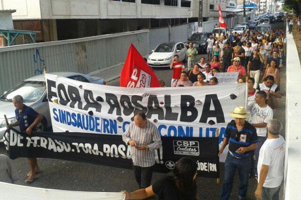 Terceirizados da saúde cobraram durante a manifestação, o pagamento das duas parcelas do décimo terceiro