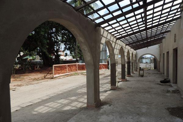 Prédio passa por recuperação e ganhará telhas coloniais