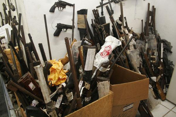 Armamento de vários calibres e procedências diferentes: há desde importadas até armas da polícia e das Forças Armadas