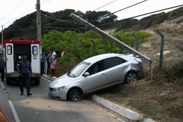 Veículo colidiu com poste na Via Costeira
