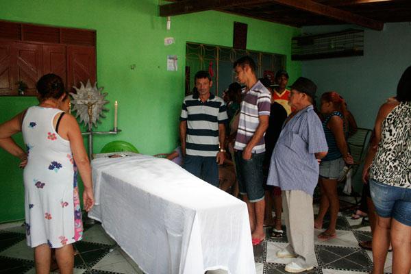 Familiares velam corpo da estudante Diana Emanuele, de 19 anos